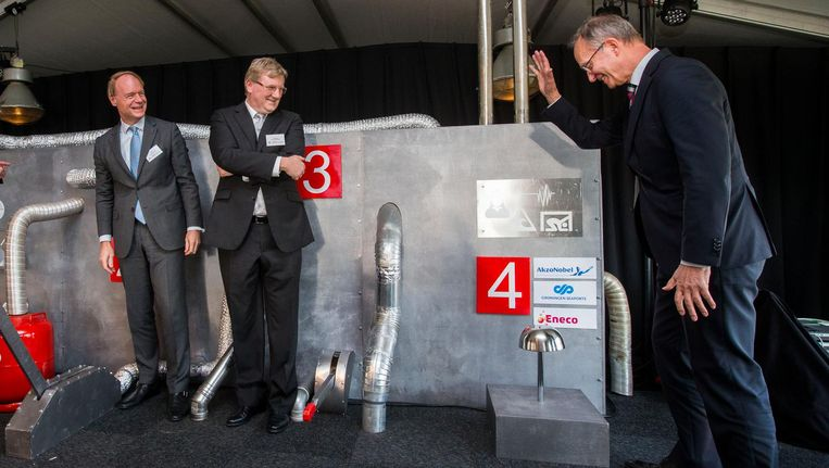 Minister Kamp (R) van Economische Zaken neemt de levering van biostoom aan Chemie Park Delfzijl officieel in bedrijf in februari 2017. Kees Jan Rameau (L) en Knut Schwalenberg van Akzo Nobel Beeld anp