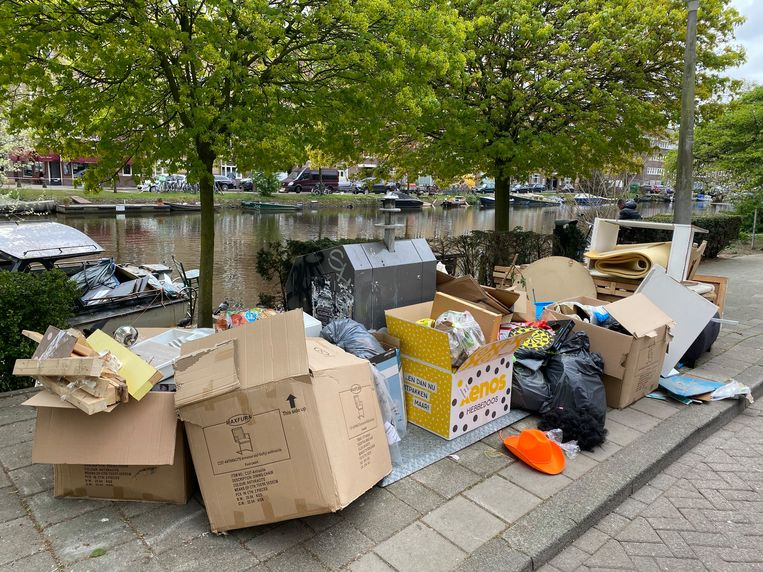 Veel afval naast de bakken op de Amstelkade, een maand geleden. Beeld Pien van Engen