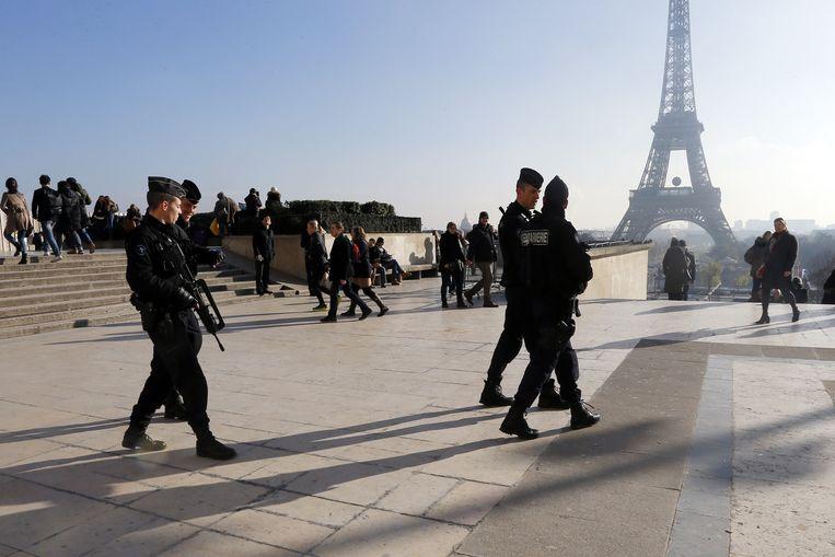 Politie bij de Eiffeltoren in Parijs. Beeld AP