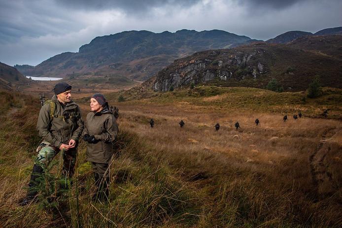 Een grappig bedoelde opmerking van een stroopwafelbakker over deze foto van minister van Defensie Ank Bijleveld bij de mariniers in Schotland komt hem duur te staan: hij bakt nu 2400 koeken voor alle mariniers.