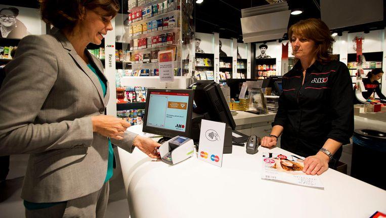 Sinds mei betalen Nederlanders nog maar 39 procent van de gevallen contant. Beeld anp