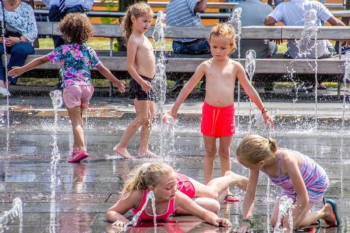 Kinderen genoten van het verkoelende water op de Heuvel in Tilburg.