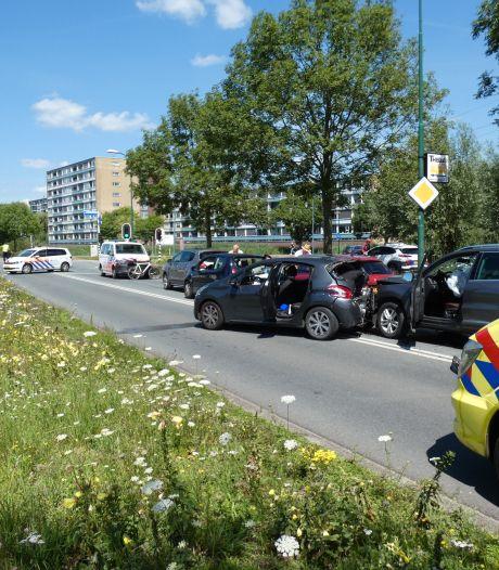 Veel schade door kettingbotsing van vijf auto's in Veenendaal: één gewonde