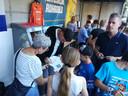 Jelle van Gorkom (met pet) deelt handtekeningen uit aan zijn fans.