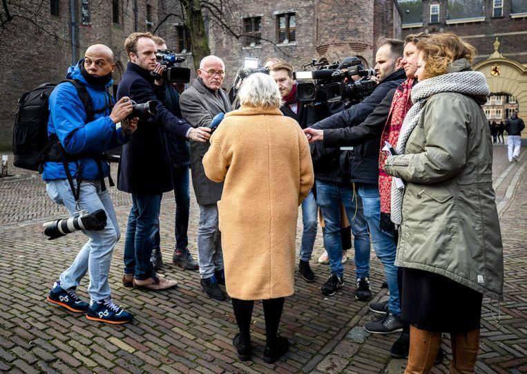 Ank Bijleveld, minister van Defensie, staat de pers te woord bij aankomst op het Binnenhof.  Beeld ANP - Remko de Waal