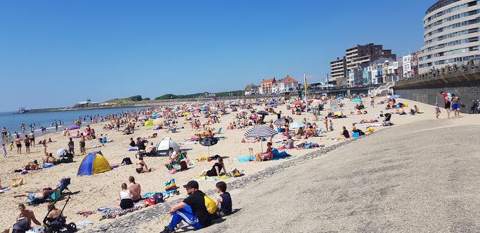 Drukte op het strand voor de Vlissingse boulevard, maar afstand houden lijkt nog redelijk te lukken.