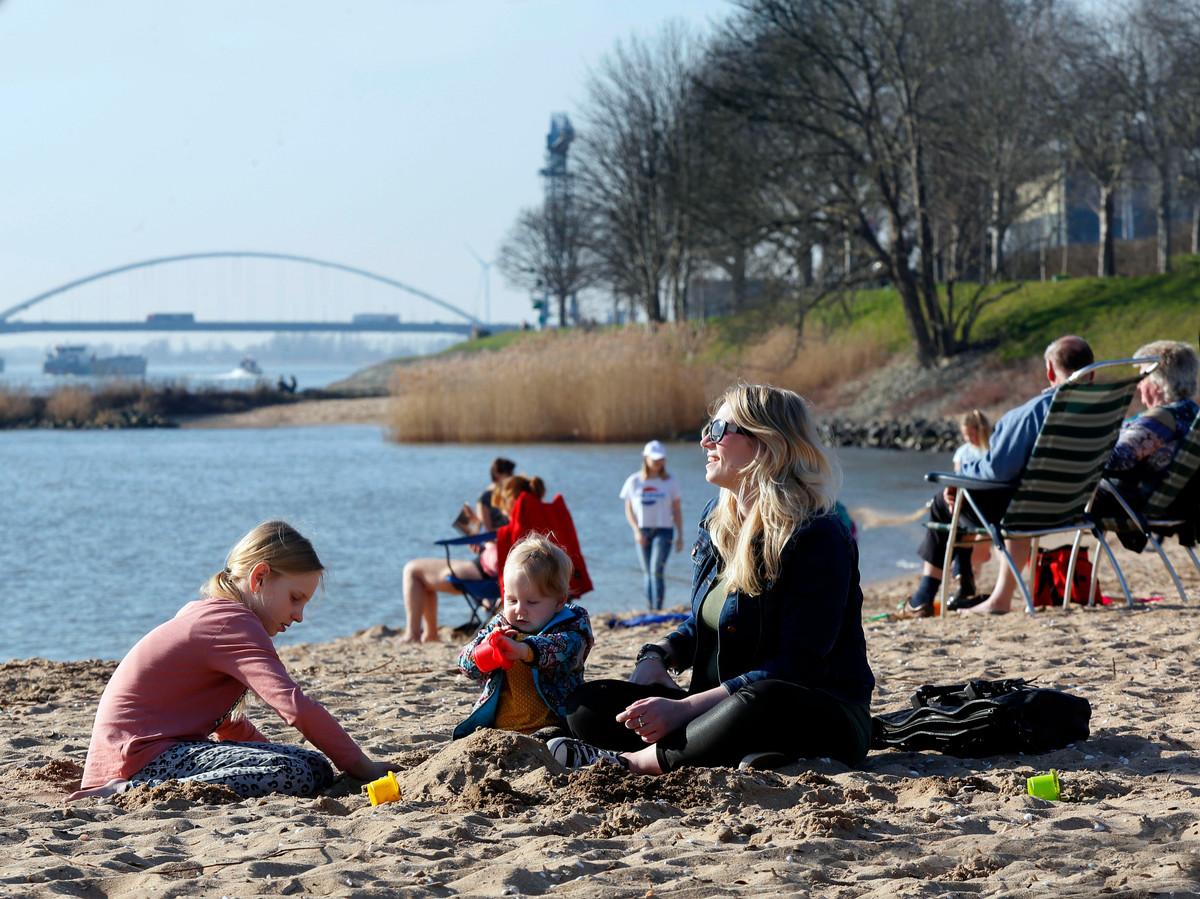 Het wordt strandweer dit weekend en ook met Pasen houdt de warmte aan.