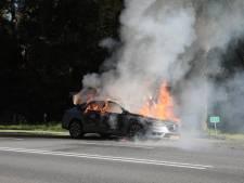 Rijdende auto begint te roken en gaat in vlammen op bij Ommen