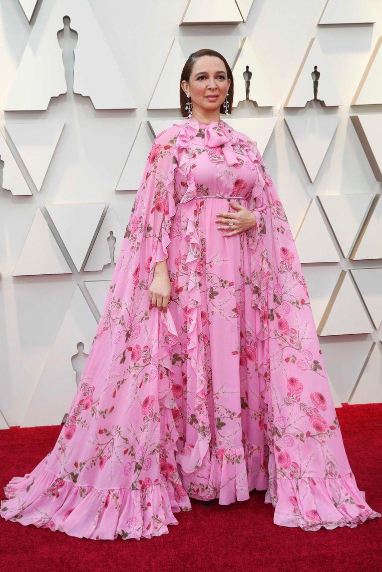 Actor Maya Rudolph uit 'Bridesmaids', net zoals Melissa McCarthy en Glenn Close met cape. De jurk is waarschijnlijk van Gucci.