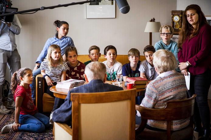 Albert Gomes de Mesquita (89) en Jacqueline van Maarsen (90) praten met leerlingen van de 6e Montessorischool Anne Frank.