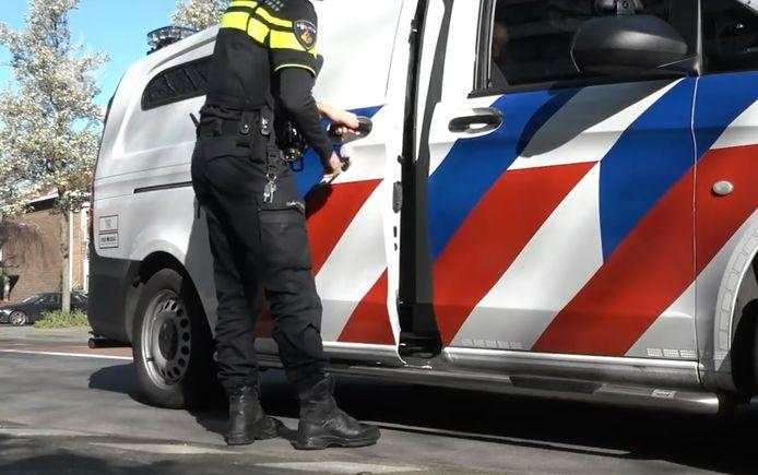 De politie arresteerde de twee thuis en voerde ze daarna in deze politiewagen af naar het bureau in Amsterdam. Onderaan het artikel vind je een video van de arrestatie.
