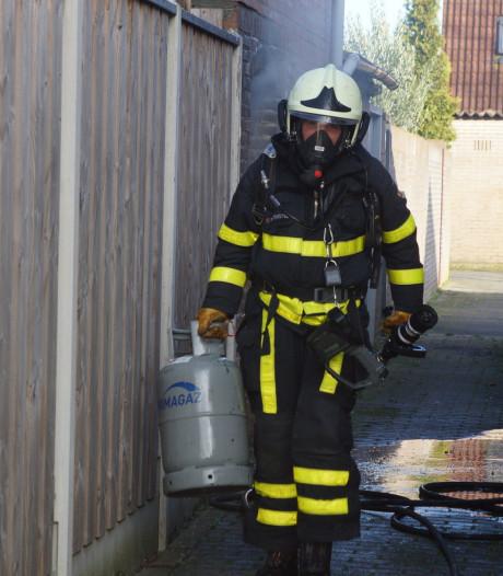Brandweer haalt net op tijd zes gasflessen uit brandende schuur in Kaatsheuvel