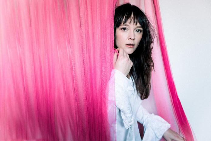 Lavalu uit Arnhem gaat na de release van haar nieuwe album 'Midair' op tournee langs Nederlandse theaters, onder meer in Arnhem (Musis), De Vereeniging (Nijmegen) en Hanzehof (Zutphen).