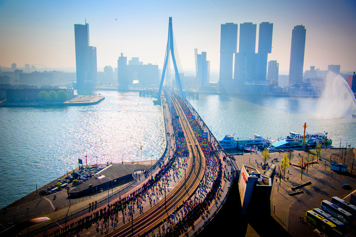 Deelnemers aan de NN Marathon Rotterdam rennen over de Erasmusbrug.