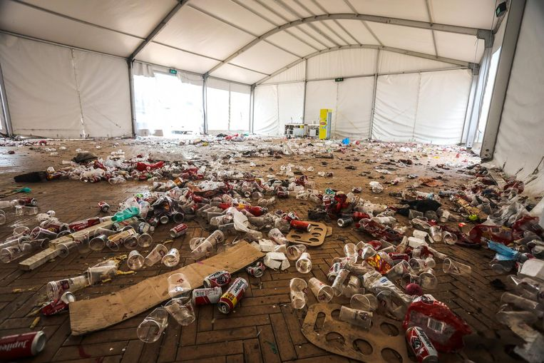 In de feesttenten, op straat, tussen de auto's en de fietsen: overal ligt een hoop afval na drie dagen feest.