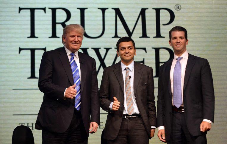 In 2014 opereerden Trump en zijn zoon al eens in India. In hun midden projectontwikkelaar Abhishek Lodha. Beeld AFP
