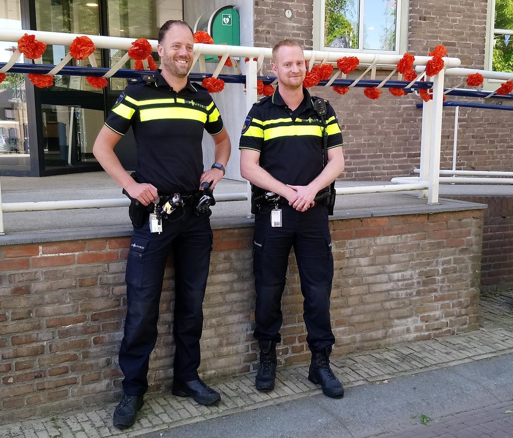 Ivo Krijnsen (links) en Mitchell Goverde (rechts) zijn de nieuwe wijkagenten voor de gemeente Kapelle.