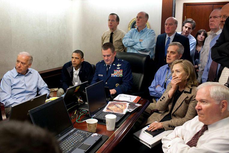 In de Situation Room van het Amerikaanse Witte Huis wordt de interventie gevolgd. Je herkent onder meer toenmalig president Barack Obama en voormalig minister van Buitenlandse Zaken Hillary Clinton.