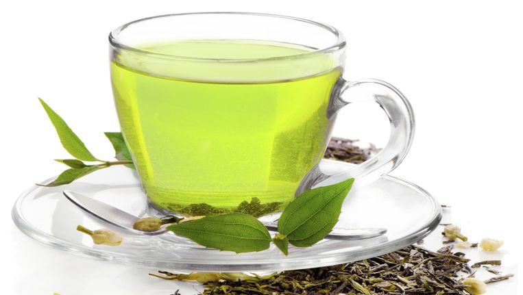 Kruidenthee is in feite geen thee, maar een aftreksel van kruiden of planten in heet water. Beeld thinkstock