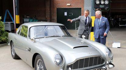 IN BEELD. Prins Charles bezoekt de set van James Bond en amuseert zich te pletter met Daniel Craig