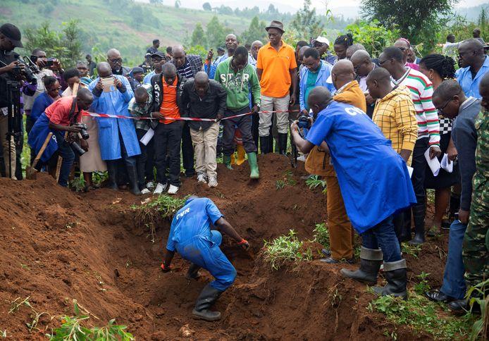 Medewerkers van de verzoenings- en waarheidscommissie in het massagraf op de Bukirasazi-heuvel in de provincie Karusi.