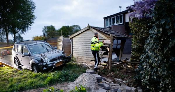 Gewonde door ongeluk in Grave, schade aan tuinhuis en auto.