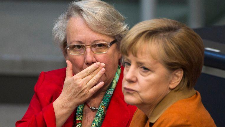 De Duitse Bondskanselier Angela Merkel met de Duitse minister van Onderwijs Annette Schavan. Beeld REUTERS