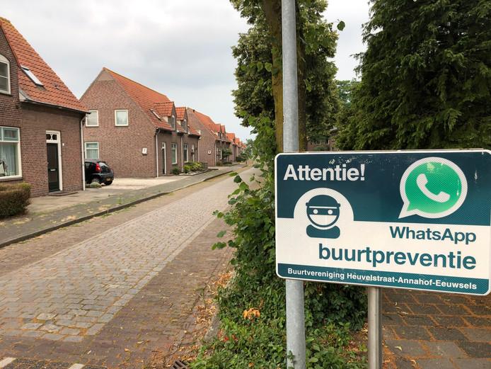 In heel de gemeente Uden, zoals hier in de Heuvelstraat in Volkel, hangen deze WhatsApp-waarschuwingsbordjes. Voor Volkel gelden ze inmiddels voor heel het dorp.