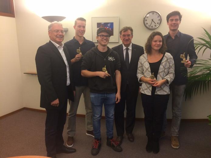 Vier van de zeven onderscheiden Udense vrijwilligers, samen met wethouder Gerrit Overmans en burgemeester Henk Hellegers. Vlnr Joris Knoop, Wout te Pas, Sara Mickers en Stephan Römer.