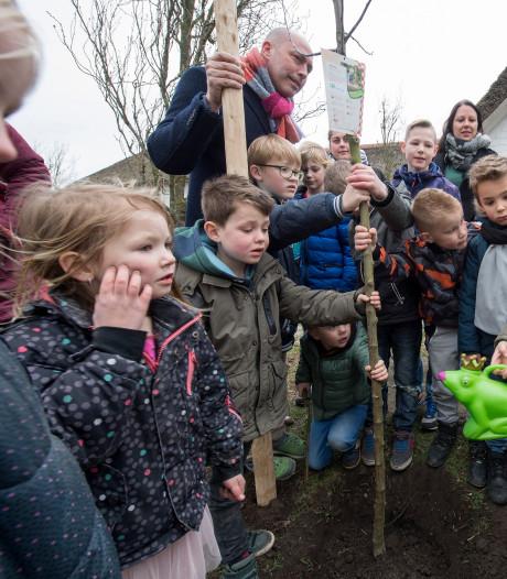 Betuwse Boomfeestdag: straks groeien er ook appels op het schoolplein bij De Blinker