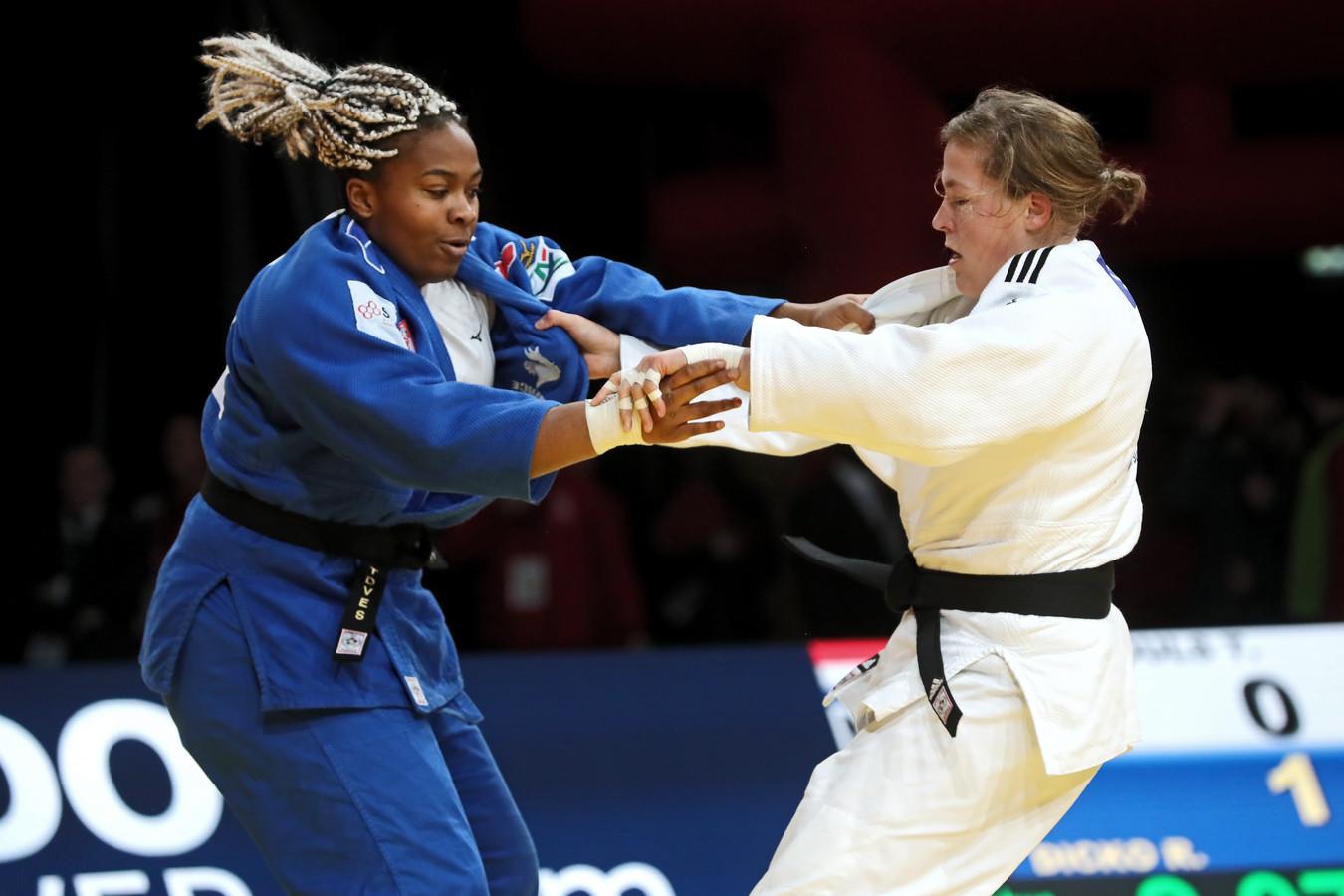 Tessie Savelkouls (in het wit) in actie tegen Romane Dicko (in het blauw)