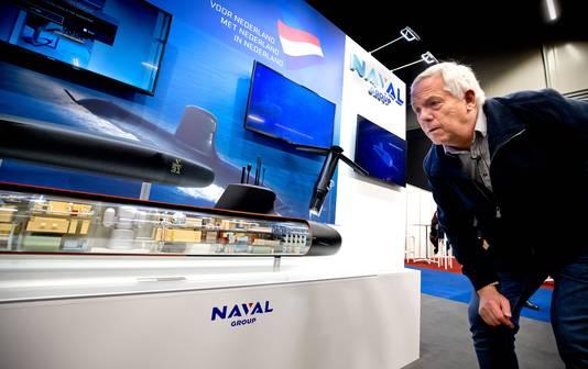 ROTTERDAM - Johan Kragten kijkt naar het ontwerp voor een onderzeeboot van Naval Group op de jaarlijkse beurs van de stichting Nederlandse Industrie voor Defensie en Veiligheid (NIDV) in Ahoy. FOTO BART HOOGVELD