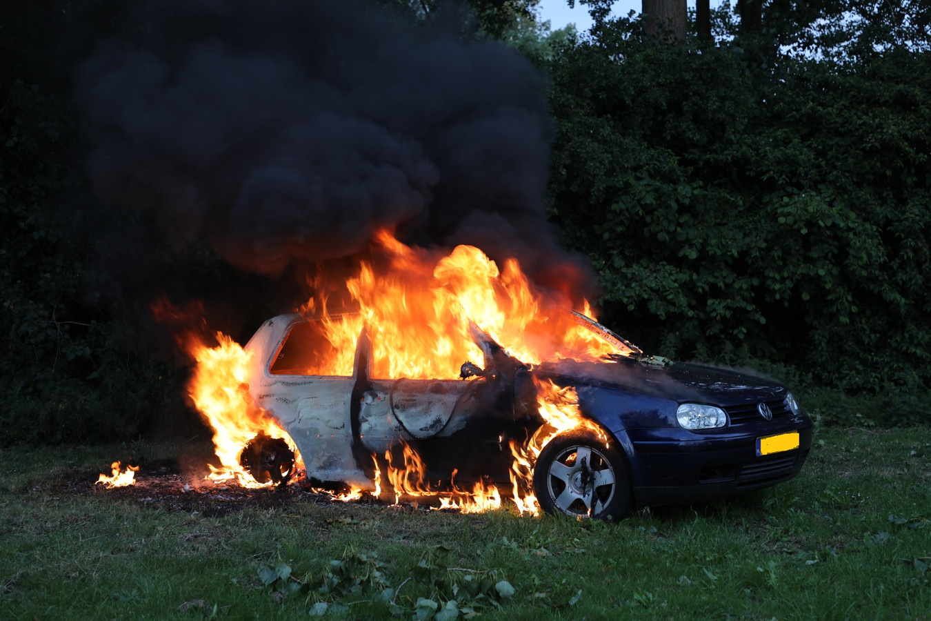 Auto in brand op parkeerplaats Labbegat langs A59 bij Sprang-Capelle.