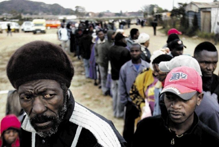 Zuid-Afrikanen in Soweto staan in de rij om hun stem uit brengen tijdens de parlementsverkiezingen. (FOTO AP) Beeld AP