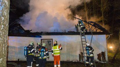 Bungalow gaat in vlammen op, bewoonster (80) ongedeerd