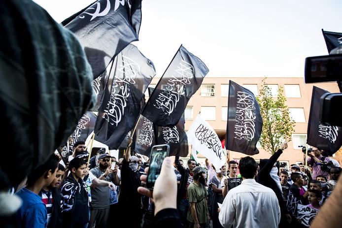 Tijdens de anti-Israël demonstratie in de Schilderswijk zwaaiden demonstranten met zwarte jihadvlaggen.