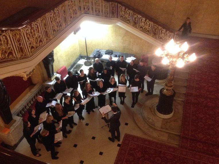 Een groep Carol Singers verwelkomt de genodigden met kerstliederen als Stille Nacht en In de bleke winterzon. Beeld