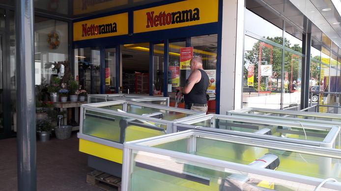 De Nettorama in Gorinchem-Oost is inmiddels gesloten. De koelmeubelen worden naar buiten gereden.