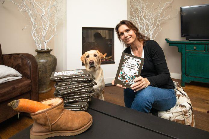Simone Arts uit Soest schreef een boek over het Sinterklaasfeest voor kinderen die net niet meer in de Goedheiligman geloven. De hond op de foto komt ook in een hoofdstuk voor.