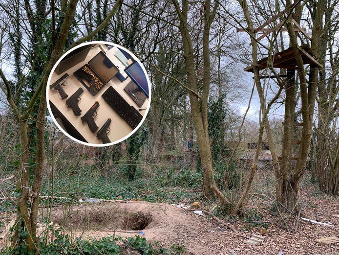 In deze kuil onder de boomhut zouden de wapens zijn gevonden door spelende kinderen.