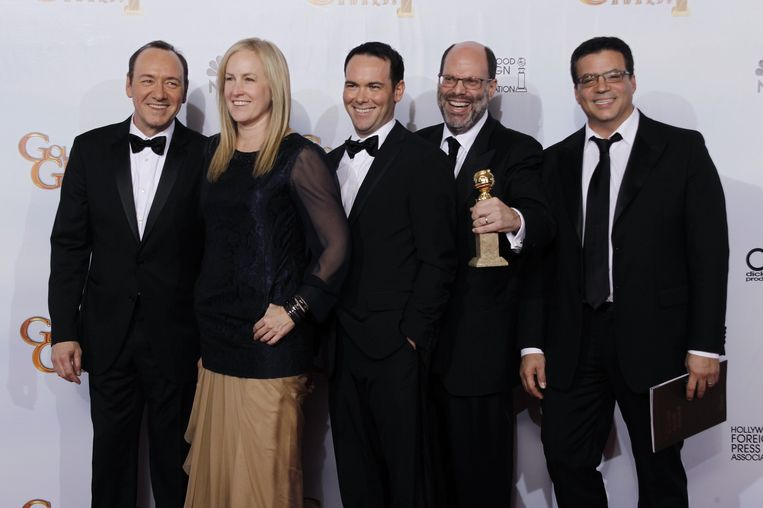 Scott Rubin (tweede van rechts) met een Golden Globe voor beste film voor The Social Network in 2011. Beeld null