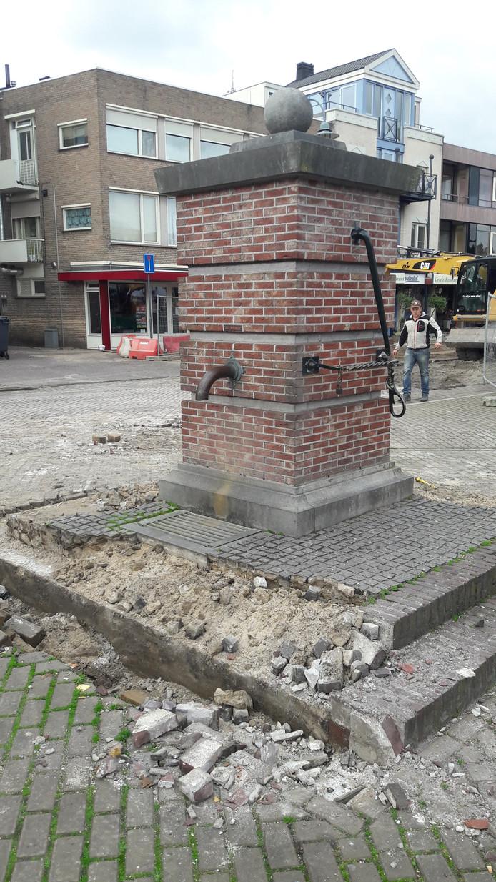 Dorpspomp verdwijnt van de Veghelse Markt.