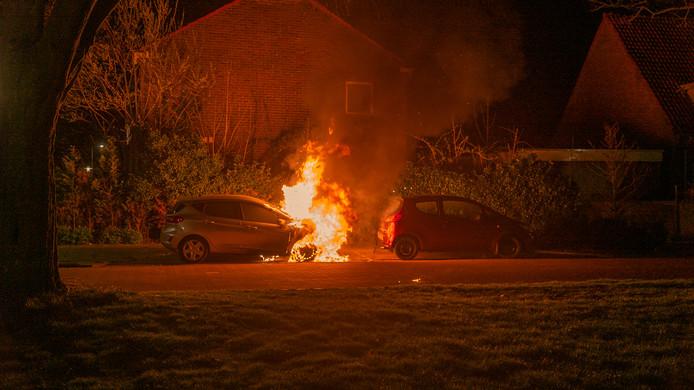 Weer ging er in Deventer een auto in vlammen op.
