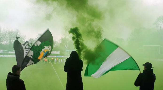 Leden van Kloetinge Fanatics tijdens een thuiswedstrijd van VV Kloetinge.