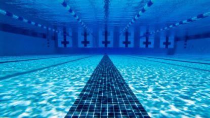 Twintiger fotografeert stiekem jonge vrouw in kleedhokje zwembad