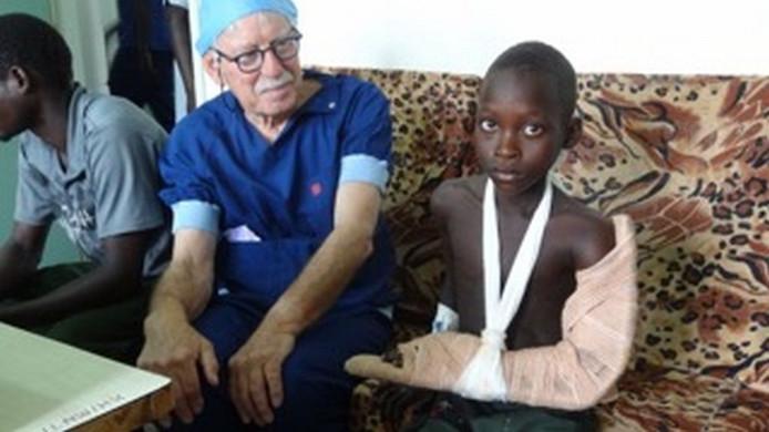 Orthopedisch chirurg Bas van Fraassen uit Kortgene gaat regelmatig naar Oeganda om daar operaties uit te voeren.