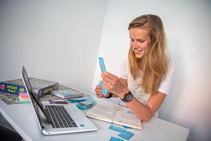 Basisschoolleerlingen die op achterstand dreigen te raken door het online-onderwijs, krijgen in Zwolle hulp van studenten.