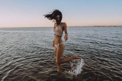 Van blote billen tot underboobs: dit zijn dé bikinitrends