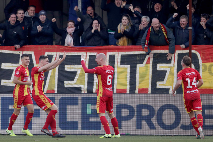 Jenthe Mertens, Sam Beukema en Martijn Berden (14) bejubelen doelpuntenmaker Elmo LIeftink.