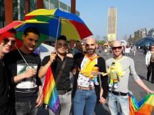 Hand in hand protest tegen homogeweld Ronnie en Jasper